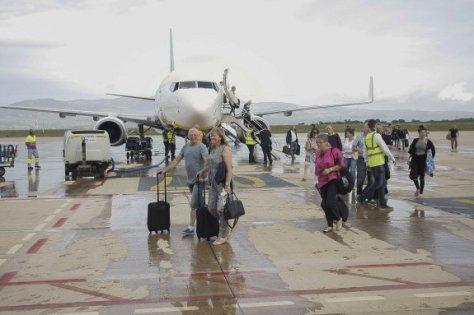 GRA182. BENLLOCH (CASTELLÓN), 15/09/2015.- La pista del aeropuerto de Castellón ha recibido esta mañana al primer avión de un vuelo regular en sus casi cuatro años y medio de vida, procedente de Londres y operado por la línea de bajo coste Ryanair. Los 186 pasajeros de la aeronave, un Boeing 737-800 con 189 plazas que había despegado a las 7.10 horas del aeropuerto londinense de Stansted, han bajado a la pista directamente desde la escalerilla del avión, algunos de ellos riéndose al ver el gran despliegue mediático, y han sido agasajados en la terminal con zumo de naranja. EFE/Doménech Castelló